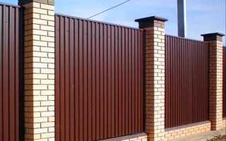 Как украсить забор из профнастила?