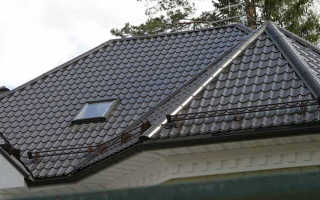 Как стелить металлочерепицу на крышу