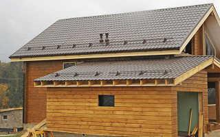 Трехскатная крыша пристройки к дому